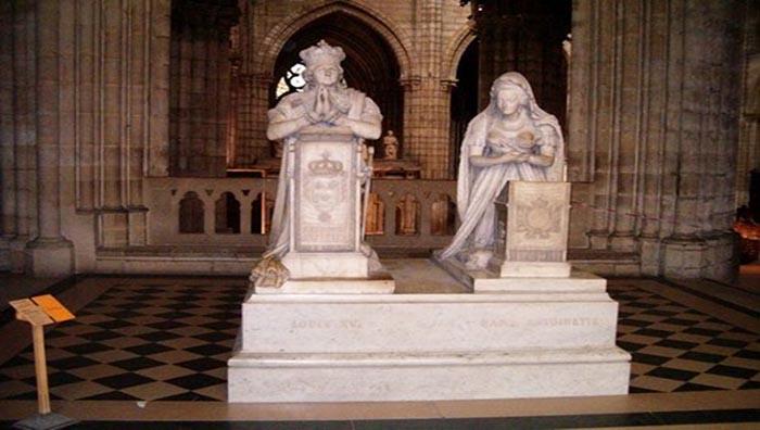Памятник на могиле Людовика и Марии-Антуанетты.