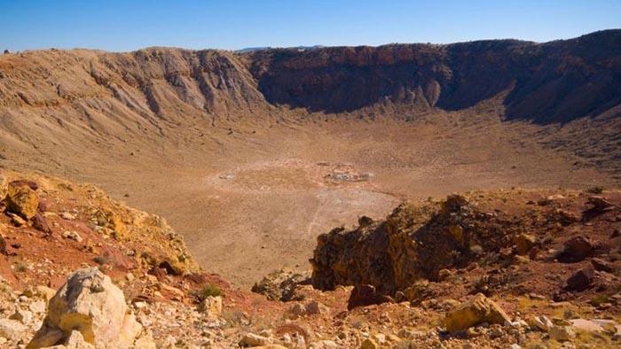 Остаётся загадкой, почему Тунгусский метеорит не оставил кратера вроде этого, обнаруженного в Аризоне.