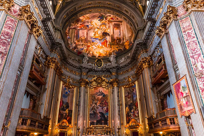 Поддельный купол и сводчатый потолок церкви Святого Игнатия в Риме.
