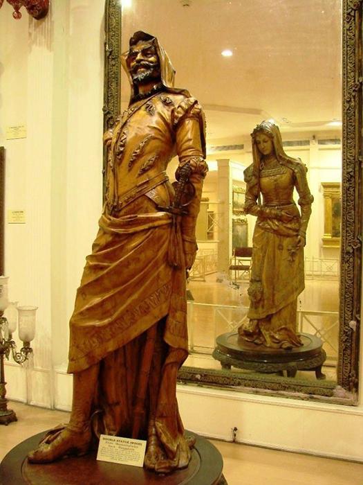 Двусторонняя статуя Мефистофеля и Маргариты (XIX век), в музее Салара Юнга в Индии.