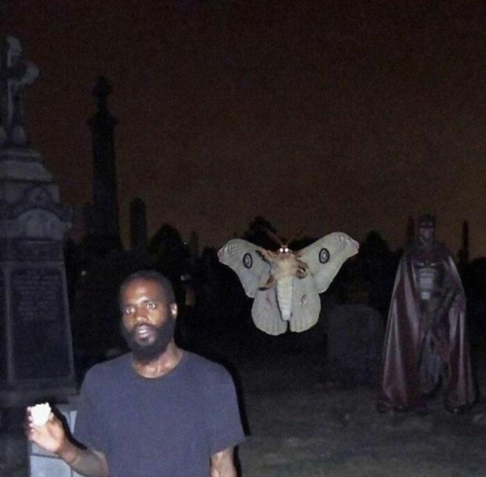 Не говоря уже о мотыльке, почему Бэтмен на кладбище?