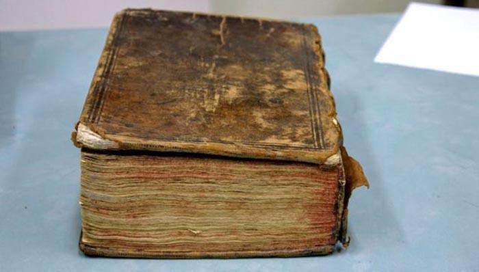 В сборник вошли 11 английских произведений, кроме «Двух благородных родственников» Шекспира.