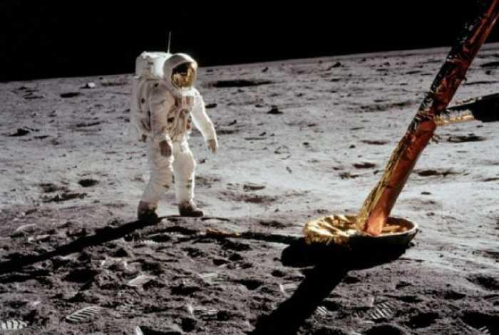 Астронавт на поверхности Луны, возле лунного модуля.
