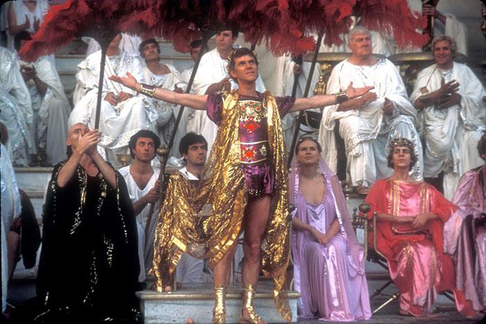 Малкольм МакДауэлл в роли императора Калигулы в одноимённом фильме.