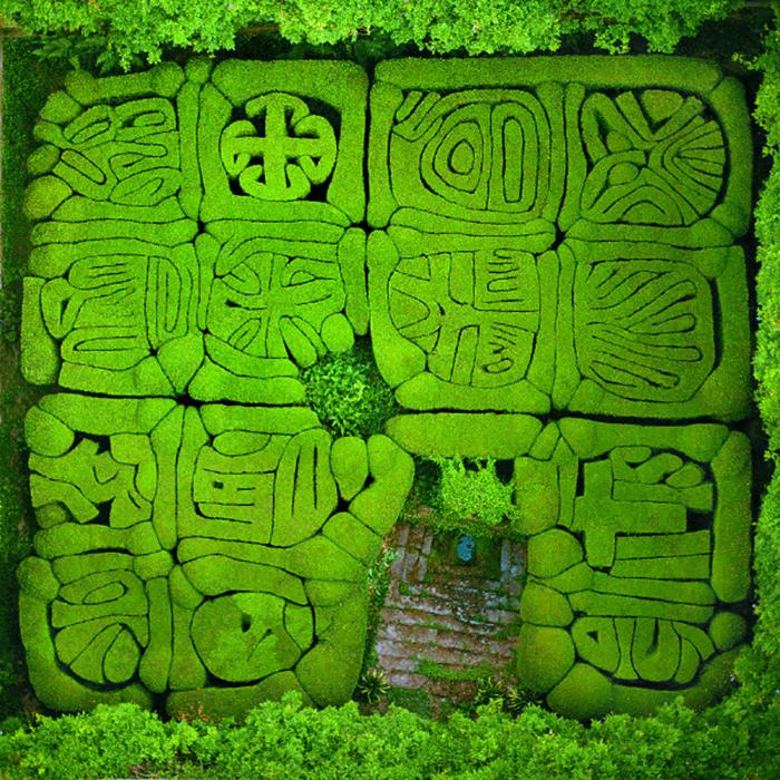 Таинственная изгородь из аллегорических религиозных символов до сих пор не расшифрована.