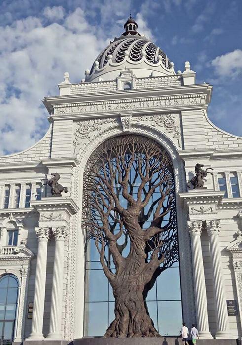 Гигантское железное дерево, встроенное в здание Минсельхоза России. Фото: reddit.com