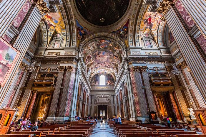 Интерьеры и архитектурные детали церкви Святого Игнатия.