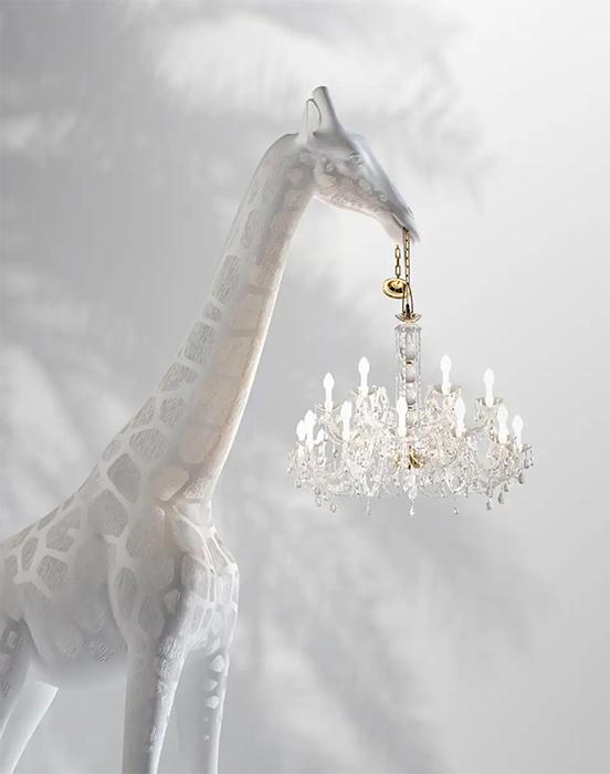 Самая большая, четырёхметровая версия жирафа стоит 40 тысяч долларов.