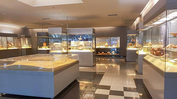 В аэропорту Афин есть собственный музей, где выставлены древние артефакты, обнаруженные во время строительства.