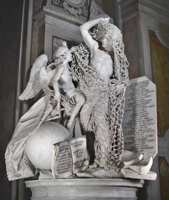 Скульптура рыбака, запутавшегося в сети: «Освобождение от чар».