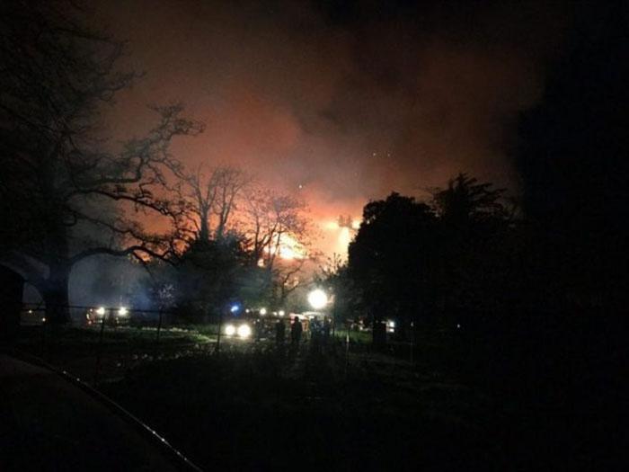 Пожарная команда Дорсета на тушении Парнхем Хаус.