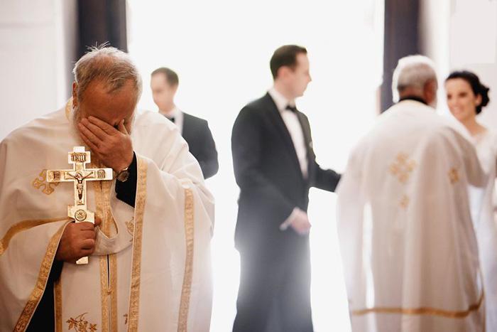 Святой отец расстроился или не смог сдержать чувств?