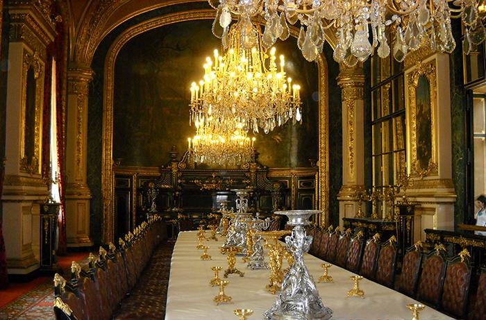 В Лувре было организовано помещение, где производилась каталогизация, упаковка и последующая отправка ценностей в Германию.