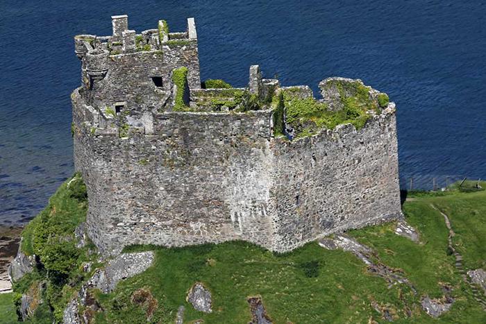 Построен замок был примерно в 13 веке.