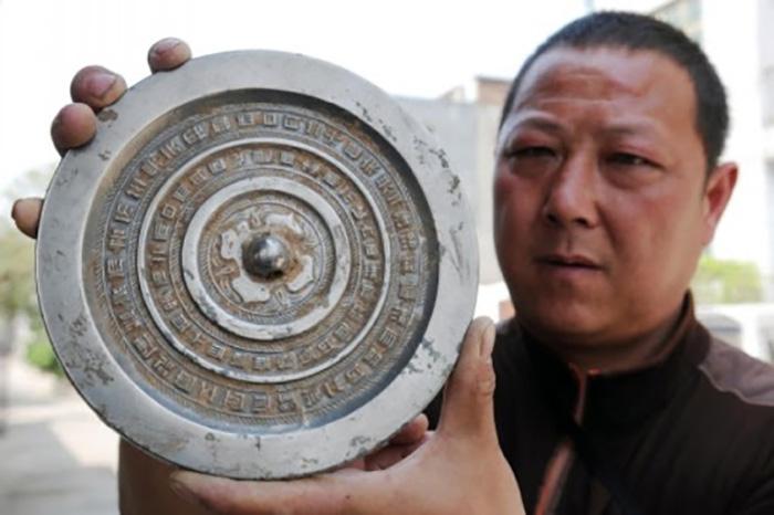 В мире остался лишь один мастер, владеющий секретом производства волшебного зеркала.