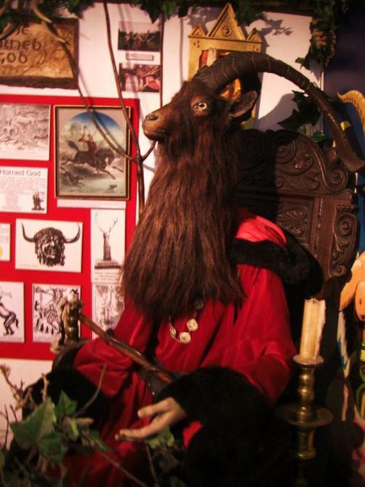 Скульптура Рогатого бога Викки в Музее чародейства и магии в Боскасле, Англия.