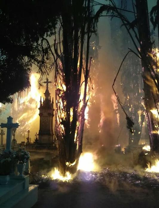 Пожар на кладбище выглядит как кульминация фильма ужасов.