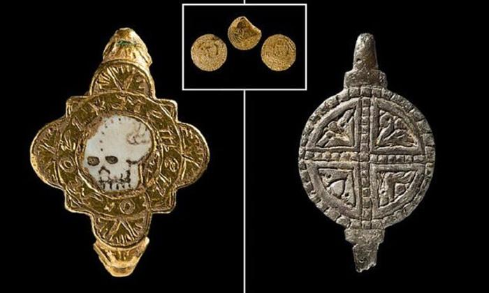 С кольцом были и другие любопытные артефакты.