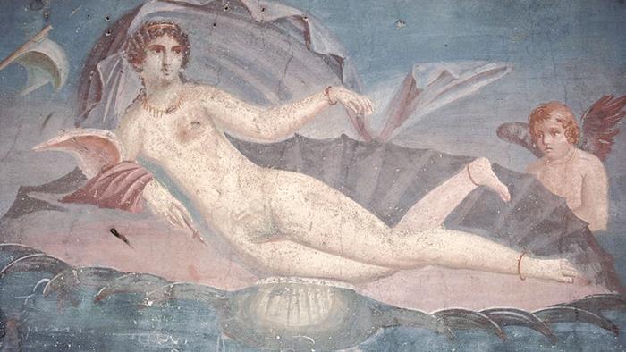 На фресках из Помпеи, в том числе этой, датируемой 62 годом нашей эры, изображена Афродита, рождающаяся в жемчужной раковине.