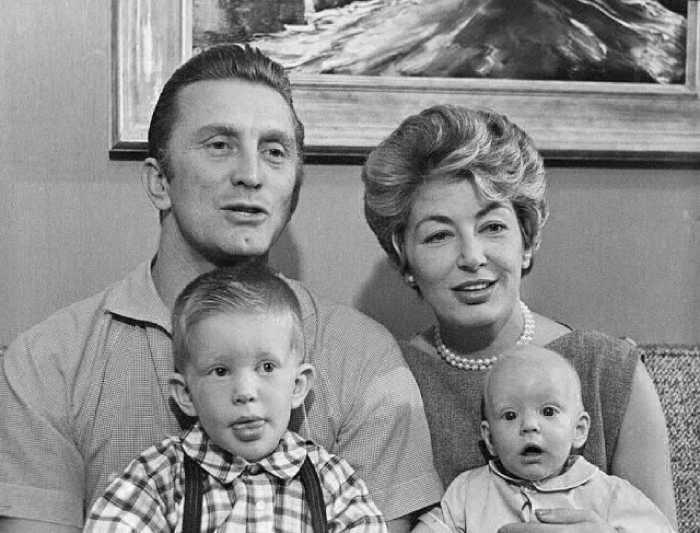 Кирк и Энн с сыновьями Питером и Эриком, 1958 год.