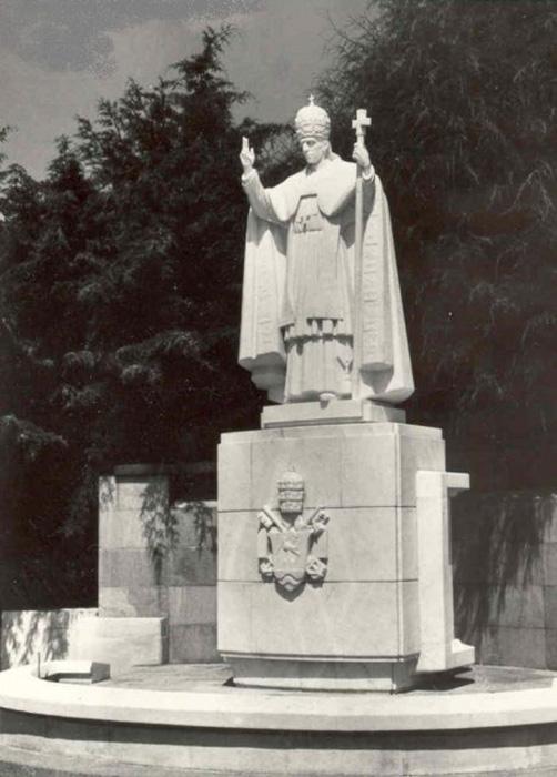 Статуя папы римского Пия XII в Фатиме, Португалия.