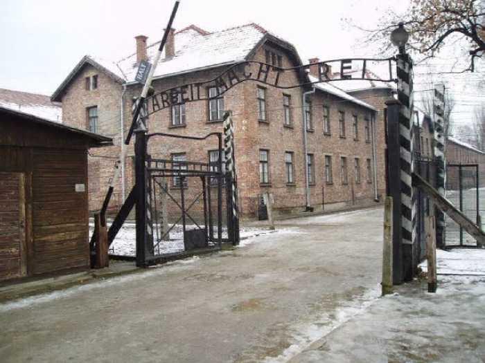 Ворота в концлагерь Освенцим.