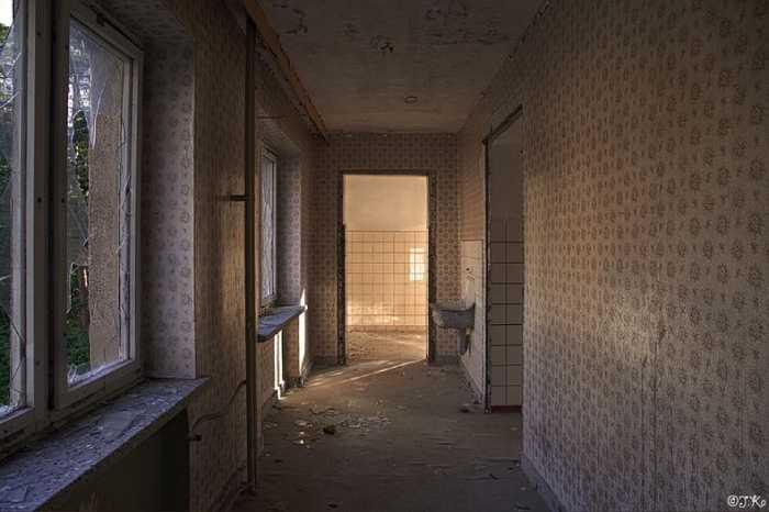 Окна коридоров и подсобных помещений выходили на сушу.