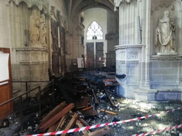 Останки сгоревшего уникального органа эпохи барокко во время пожара в соборе Святых Петра и Павла в Нанте, Франция.
