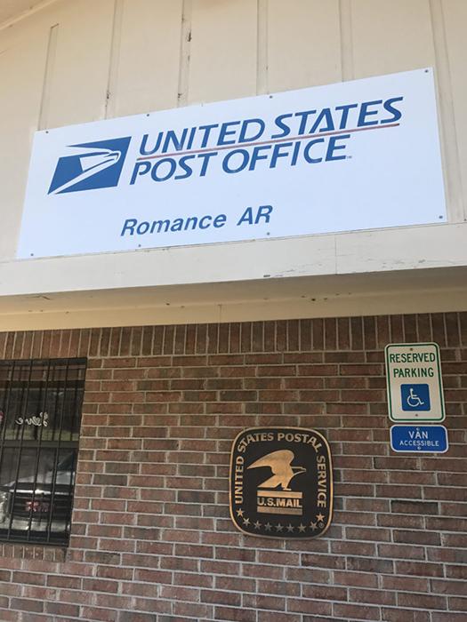 Работник этого маленького почтового отделения не думал, что у него будет такая куча работы.