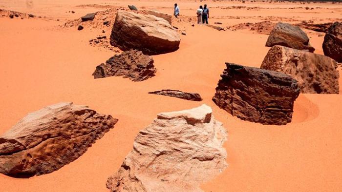 На песке в пустыне разбросаны останки двухтысячелетнего поселения Джебель-Марага, разорённого охотниками за золотом.