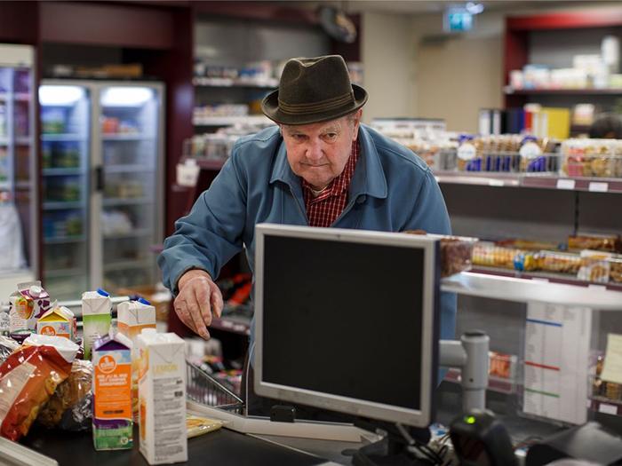 Жители самостоятельно делают покупки в местном супермаркете.