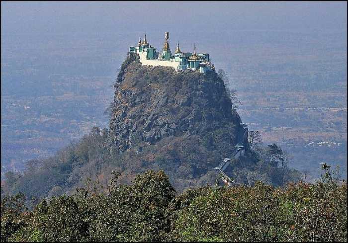 Монастырь построен на вулканической горе, недалеко от потухшего вулкана Маунт Поп.