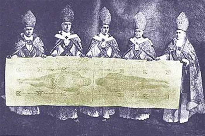 Церковники с Туринской плащаницей.