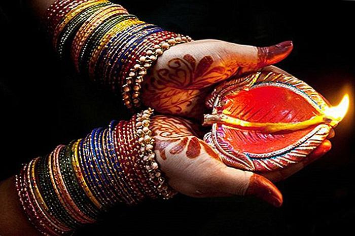 В этом году из-за пандемии многие празднуют Дивали в онлайне.