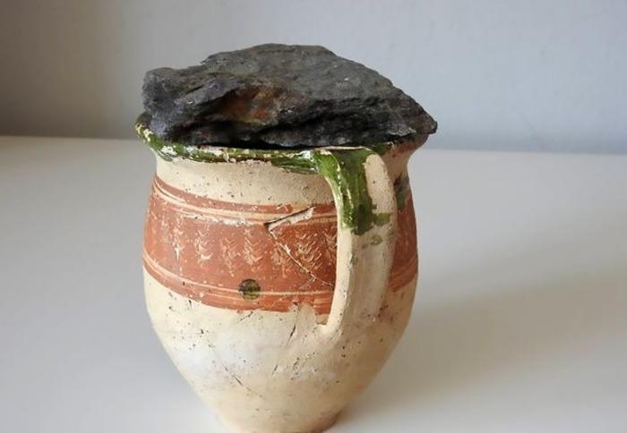Старый глиняный кувшин, хранивший свою тайну больше 300 лет.