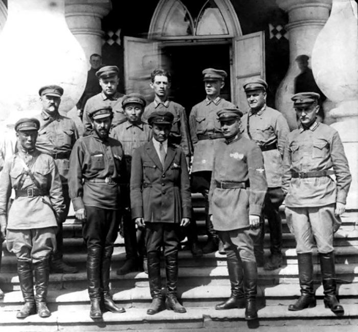 Чойбалсан (третий справа в первом ряду) среди советских советников и инструкторов.
