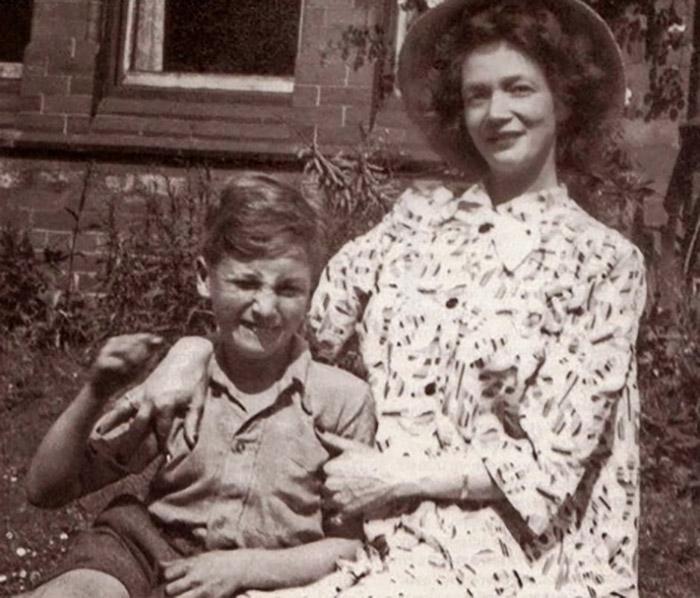 Джон Леннон с тётей Мими.