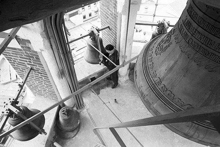 Москва, СССР. Реставраторы проводят ремонтные работы на звоннице Спасской башни.