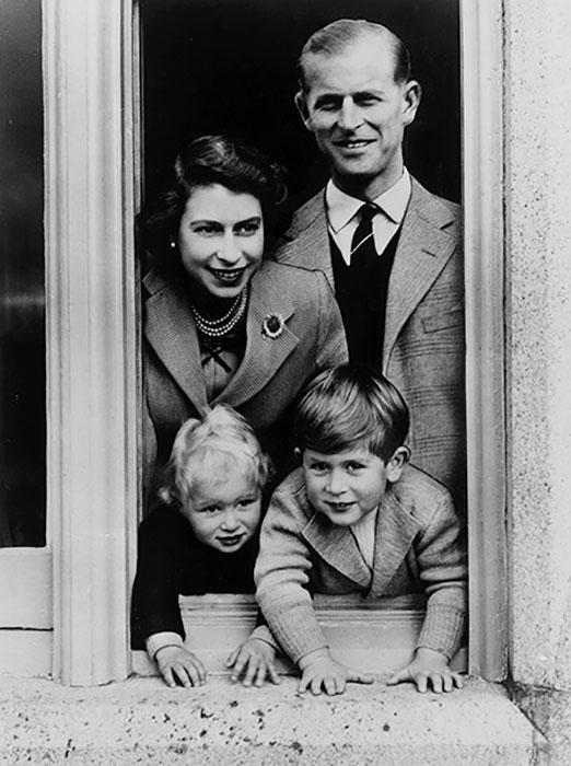 Елизавета с Филиппом и детьми.