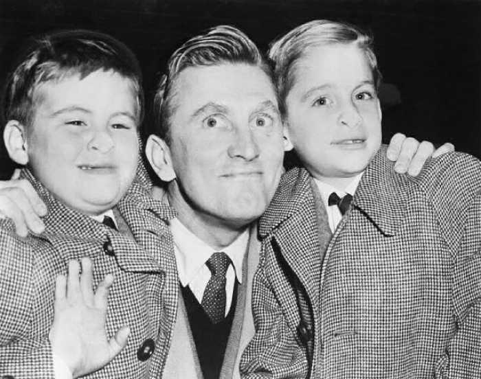 Кирк с сыновьями Джоэлем и Майклом.