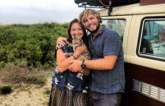 Пара на год оказалась пленниками в Мексике из-за кошки, которую они спасли