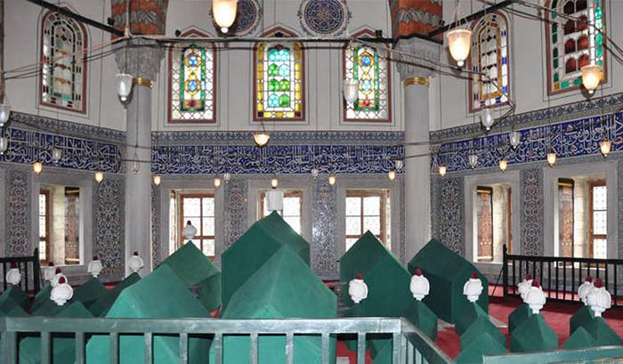 Здесь покоятся тела Мурада III, Селима II, Мехмеда III с их семьями.