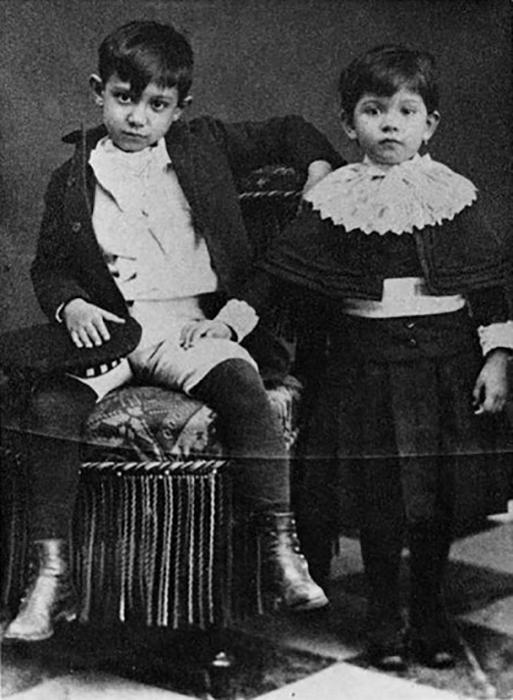 Маленький Пабло со своей сестрой.