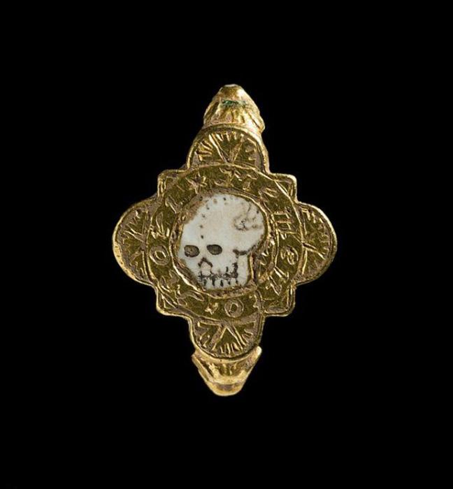 Странный перстень с черепом заинтересовал учёных.