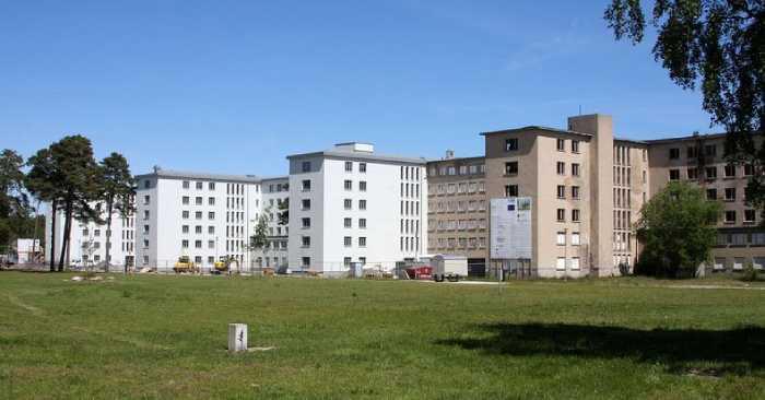 Комплекс состоит из восьми одинаковых зданий.