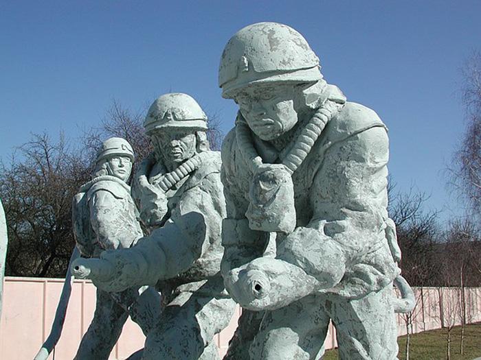 Памятник ликвидаторам Чернобыля.