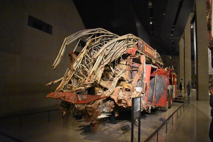 Пожарная машина, раздавленная при обрушении башен-близнецов 11 сентября, в музее.