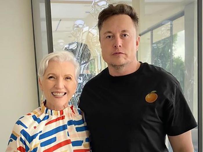 Илон Маск с матерью.