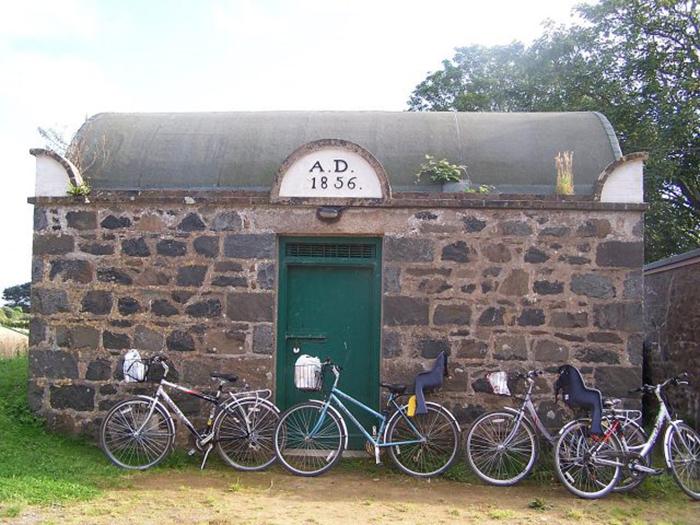 Тюрьма на Сарке была построена в 1856 году.
