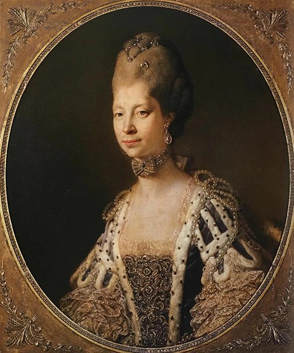 Предположения об иной расе Шалотты и её внешности были, возможно, вызваны желанием оскорбить королеву.